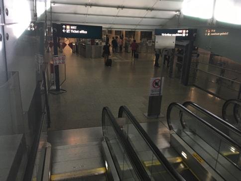 チャンギ・エアポート駅はエスカレーターを二つ下りたらすぐ