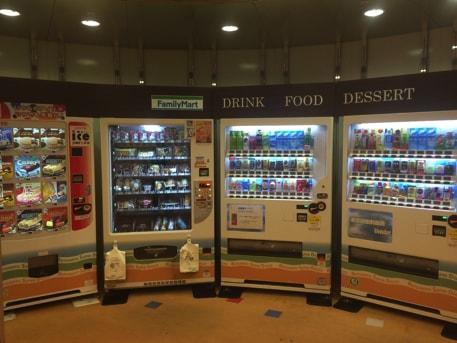 軽食やドリンクの自販機があります