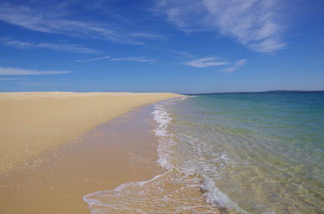 吉貝島のビーチ。どこまでも続く砂浜