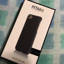 iPhone7を壊さないようPITAKAのアラミドファイバーケースを装着。薄くて軽くて角をしっかりガード