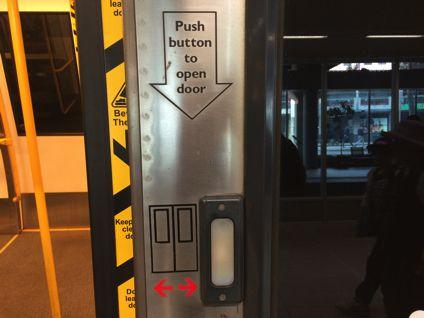 パースの電車はボタンを押さないとドアが開かない