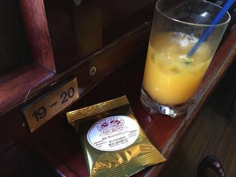 キュランダ高原列車の飲み物とおやつ