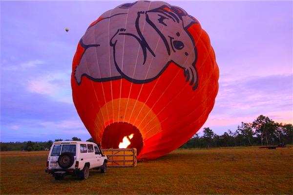 ケアンズの気球ツアー 膨らませているところ