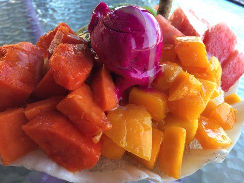 マンゴーかき氷にはフルーツとサボテンアイス
