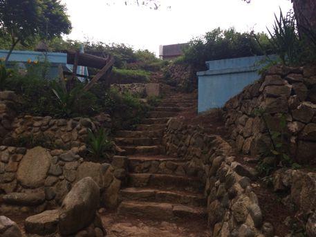 途中左手に階段が見えてきます