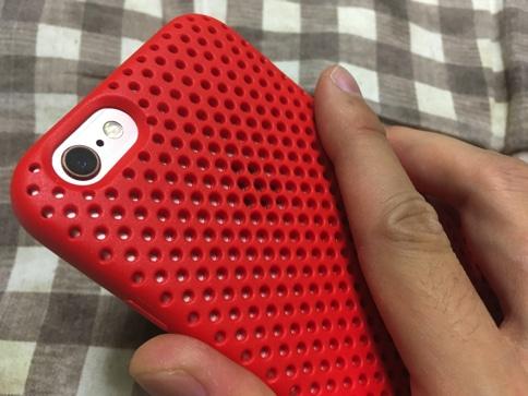 エラストマー製のiPhoneケース AndMeshのUSAモデルのグリップ感