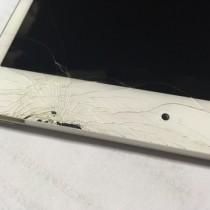 iPadmini2の画面が割れた。ガラスが飛ぶと危ないので上から保護フィルムを貼った