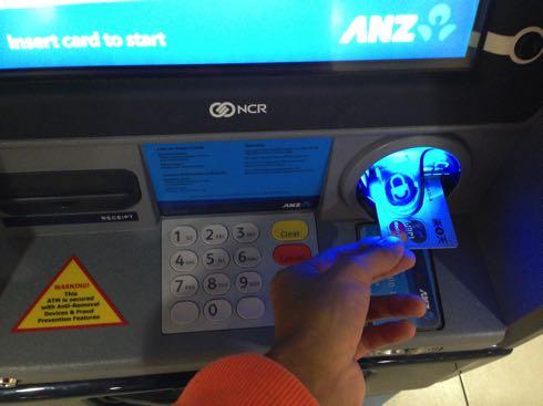 海外ではクレジットカードのキャッシングがお得な両替方法01