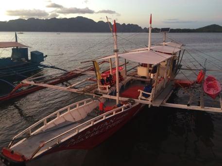 コロン島のアイランドホッピングツアーのボート