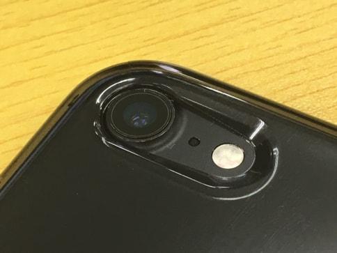 AndMesh iPhone7ケース Plain Case クリアケースはジェットブラックでも気泡が張り付かない04