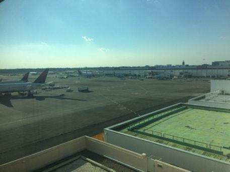 部屋から飛行機が見えます