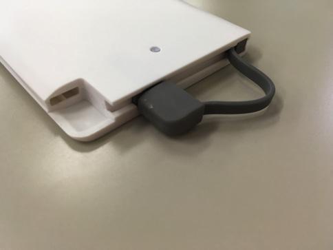 dodocool超薄型モバイルバッテリーのLightningケーブルを取り出す