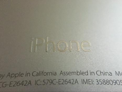 iPhone5sは金属が埋め込まれたような質感