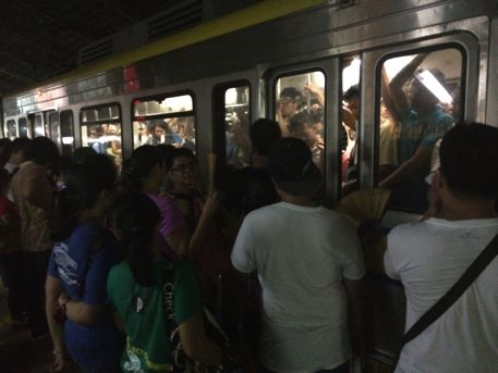 マニラの電車の様子。メチャ混み