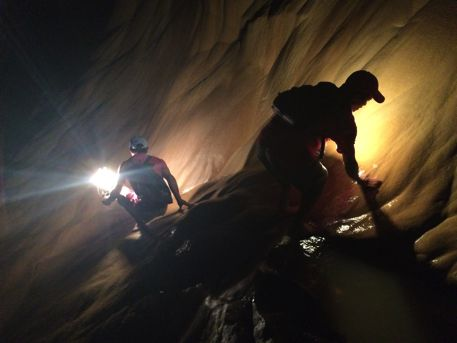 洞窟の中。結構険しい