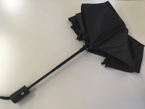 ボタン一発、ワンタッチで自動開閉する折りたたみ傘 閉じたところ