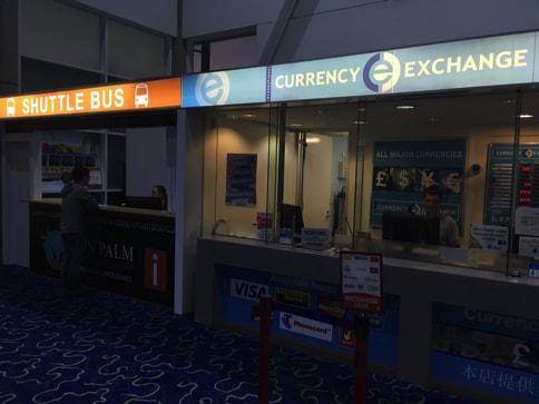 ケアンズ空港のシャトルバスのチケット売り場