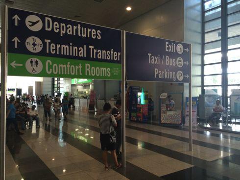 ニノイ・アキノ空港を出たところの看板